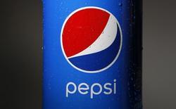 Бутылка Pepsi в Уилметте, Иллинойс 10 февраля 2015 года. PepsiCo Inc отчиталась о превзошедшей прогнозы квартальной прибыли благодаря сокращению расходов и росту спроса на более полезные напитки и закуски в Северной Америке.  REUTERS/Jim Young