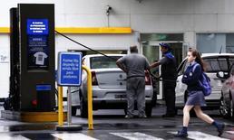 Un empleado de la estación de servicio carga gasolina a un auto en Buenos Aires, Argentina. 26 de noviembre 2013.Argentina podría duplicar en tres años la cantidad de etanol que usa en sus combustibles, que actualmente es del 12 por ciento de la mezcla, dijo a Reuters un funcionario del Ministerio de Agroindustria, lo que le permitiría reducir su déficit energético.REUTERS/Marcos Brindicci (ARGENTINA - Tags: POLITICS ENERGY BUSINESS) - RTX15UDJ