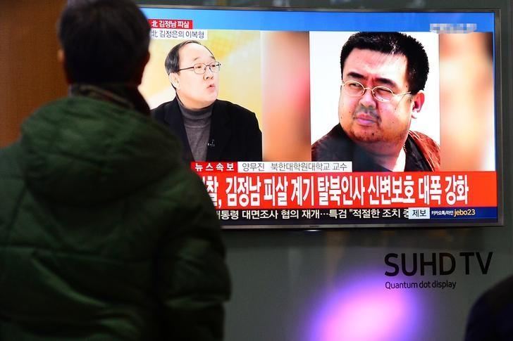 People watch a TV screen broadcasting a news report on the assassination of Kim Jong Nam, the older half brother of the North Korean leader Kim Jong Un, at a railway station in Seoul, South Korea, February 14, 2017.  Lim Se-young/News1 via REUTERS