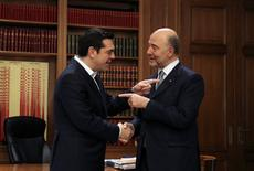 Las conversaciones de Grecia con sus acreedores sobre la conclusión de la revisión del crucial programa de rescate han logrado avances, pero se necesitan más pasos para cerrarla, dijo el miércoles el comisario europeo para Asuntos Económicos y Monetarios, Pierre Moscovici.  En la imagen, el primer ministro griego, Alexis Tsipras (I), saluda a Moscovici en la Mansión Maximos de Atenas, el 15 de febrero de 2017. REUTERS/Alkis Konstantinidis