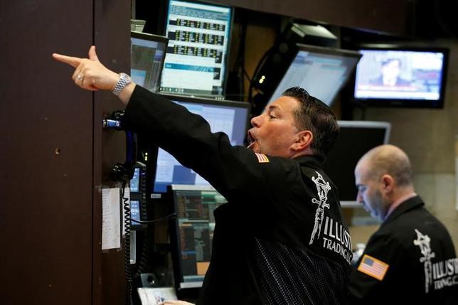 2月15日、米国株式市場では主要3指数が連日の過去最高値更新となった。S&P総合500種は7営業日連続の上昇。ニューヨーク証券取引所で7日撮影(2017年 ロイター/Brendan McDermid)