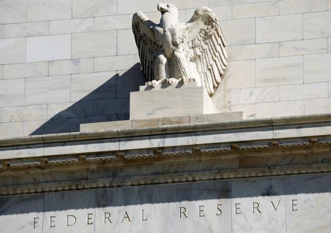 2月15日、JPモルガンとゴールドマン・サックスは、底堅い経済指標を受け、次回の米利上げ予想時期を前倒しした。ワシントンのFRB本部で2012年4月撮影(2017年 ロイター/Joshua Roberts)