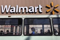 Se observa un payaso sentado dentro de un autobús que transita frente a una tienda de Wal-Mart en la Ciudad de México. 11 de enero de 2013.  REUTERS/Edgard Garrido/Foto de Archivo.