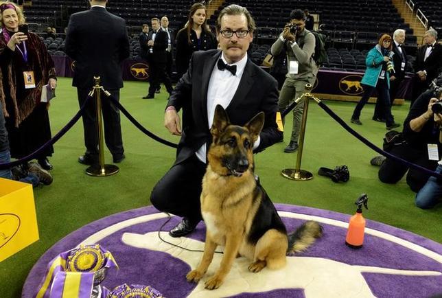 2月14日、伝統ある米国のドッグショー、ウエストミンスター・ケネル・クラブ・ドッグショーで、ジャーマン・シェパードの「ルーマー」が最高賞に輝いた。写真はルーマーと飼い主のケント・ボイルスさん(2017年 ロイター/Stephanie Keith)