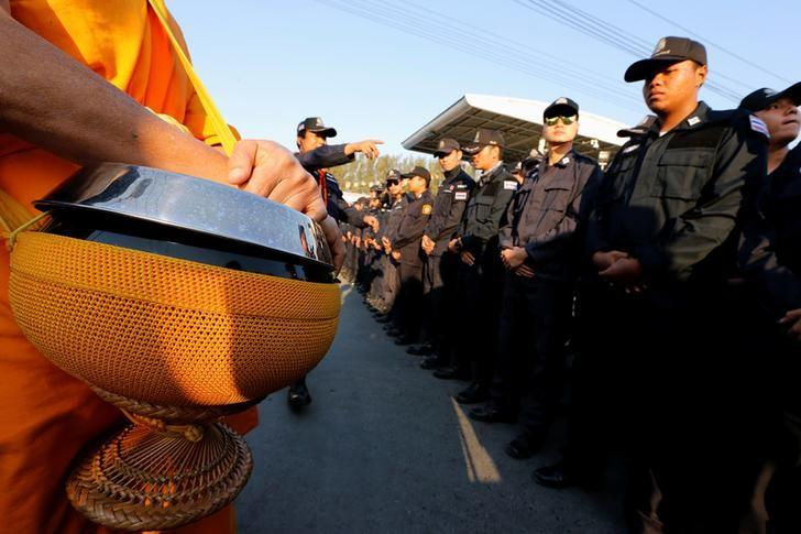 Thai police block Buddhist monks at the gate of Dhammakaya temple in Pathum Thani province, Thailand February 16, 2017.  REUTERS/Jorge Silva
