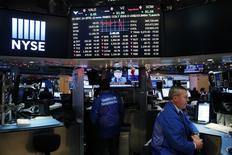 Трейдеры на Уолл-стрит. Американский фондовый рынок продолжил пробиваться в направлении максимальных значений в среду, при этом S&P 500 рос седьмую сессию подряд благодаря массиву уверенных экономических данных и устойчивому оптимизму относительно намерения президента США Дональда Трампа снизить корпоративные налоги. REUTERS/Lucas Jackson