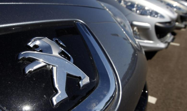 The Peugeot logo is seen on a car at a dealership of French car maker PSA Peugeot-Citroen, Europe's No. 2 automaker by volume, in Selestat, eastern France, September 7, 2012.   REUTERS/Vincent Kessler