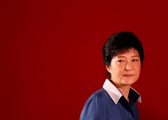 2月16日、韓国の朴槿恵大統領(写真)や友人の崔順実被告の疑惑と事件を捜査する特別検事は、同月28日の期限までに捜査が終了しないために捜査期間の延長を申請したと明らかにした。高陽市で2012年8月撮影(2017年 ロイター/Lee Jae-Won)