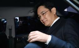 Un juez surcoreano interrogó el jueves al líder del Samsung Group, Jay Y. Lee, y a otro ejecutivo en una audiencia a puerta cerrada para decidir si deberían ser arrestados por su papel en un escándalo de corrupción que ha involucrado a la presidenta Park Geun-hye. En la imagen, el jefe del Samsung Group, Jay Y. Lee, sale de un tribunal de Seúl, Corea del Sur, el 16 de febrero de 2017. Koo Yoon-sung/News1 via REUTERS