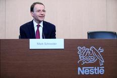 El grupo de alimentación Nestlé dijo que aspiraba a un crecimiento de las ventas subyacentes del 2-4 por ciento este año y que las ventas subieron menos de lo esperado en 2016, lastradas por los lentos mercados emergentes y el entorno deflacionario. En la imagen, el consejero delegado Ulf Mark Schneider el 16 de febrero de 2017 en Vevey, Suiza. REUTERS/Pierre Albouy/Files