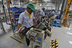Dans l'usine de Schneider Electric en Inde. La société a annoncé jeudi des résultats 2016 globalement en ligne, mais le titre accuse en début de matinée la plus forte baisse de l'indice CAC 40 en raison d'objectifs 2017 jugés trop prudents par les investisseurs. /Photo d'archives/REUTERS/Amit Dave