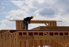 Un trabajador en las obras de construcción de una vivienda nueva en Leyden Rock, EEUU, ago 30, 2016. La construcción de casas en Estados Unidos cayó en enero ante una menor edificación de proyectos multifamiliares, pero revisiones al alza al dato del mes previo y una escalada en permisos a máximos de un año sugieren que la recuperación del sector de la vivienda sigue en curso.    REUTERS/Rick Wilking/File Photo