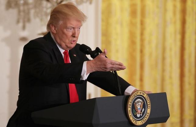 2月16日、トランプ米大統領がイスラム圏7カ国からの入国を制限する大統領令を「近く」差し替える方針を示したことが明らかになった。写真は会見するトランプ氏。(2017年 ロイター/Carlos Barria)