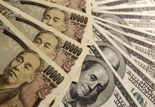 2月17日、正午のドル/円は、前日ニューヨーク市場午後5時時点と比べ、ややドル高/円安の113.43/45円だった。写真は都内で2009年11月撮影(2017年 ロイター/Yuriko Nakao)