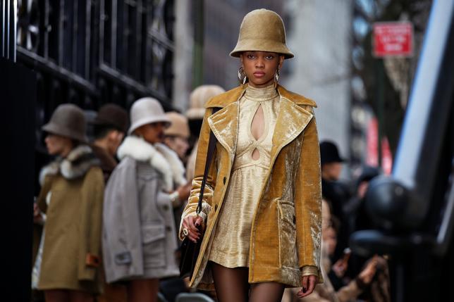 2月16日、米ニューヨーク・ファッション・ウィークが華やかに幕を閉じた。かっちりとしたスーツ、大ぶりの毛皮、メタリックな素材から昼・夜用の豪華なドレスなど、1980年代を彷彿とさせる中での革新的なショーが繰り広げられた。写真はマーク・ジェイコブス氏のショーのようす(2017年 ロイター/Shannon Stapleton)
