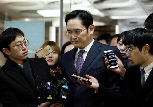 Samsung Group chief, Jay Y. Lee, is surrounded by media as he arrives at the Seoul Central District Court in Seoul, South Korea, January 18, 2017.   REUTERS/Kim Hong-Ji