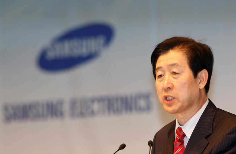 FILE PHOTO - Choi Gee-sung, chief executive of South Korea's Samsung Electronics, speaks during an annual shareholders' meeting at the company headquarters in Seoul March 18, 2011.  REUTERS/Truth Leem/File Photo