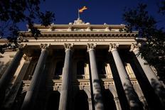 El mercado español cedía a mediodía del viernes, cuando las caídas de la banca parecían encaminadas a frenar las ganancias semanales de un Ibex-35 que encarará en los próximos días una nueva oleada de resultados empresariales. En la imagen de archivo, una bandera española en la Bolsa de Madrid. REUTERS/Juan Medina