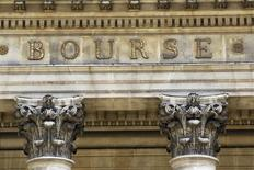 A l'exception de Londres, les Bourses européennes sont en baisse à mi-séance. Vers 11h30 GMT, le CAC 40 cède 0,77%, le Dax laisse 0,30% et le FTSE grappille 0,08%. /Photo d'archives/REUTERS/Charles Platiau