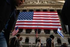 Wall Street a ouvert en légère baisse vendred. Le Dow Jones perd 0,37% à 20.543,50 points dans les premiers échanges, prolongeant sa pause de la veille après ses records en série, plombée par des prises de profits sur les valeurs financières en attendant des éclaircissements sur la politique économique de Donald Trump. /Photo prise le 10 novembre 2016/REUTERS/Brendan McDermid