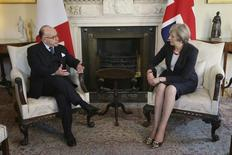 Le Premier ministre français, Bernard Cazeneuve, a dit avoir discuté vendredi avec la Première ministre britannique, Theresa May, du projet de rachat d'Opel à General Motors par PSA et que les discussions se poursuivraient. /Photo prise le 17 février 2017/ REUTERS/Tim Ireland