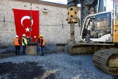 عمال أثناء مراسم وضع حجر الأساس لمسجد في ميدان تقسيم يوم الجمعة. تصوير عثمان أورسال - رويترز.
