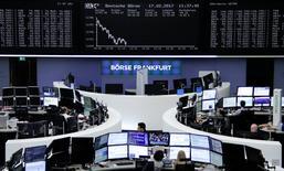 متعاملون أثناء التداول في بورصة فرانكفورت يوم الجمعة. صورة لرويترز.