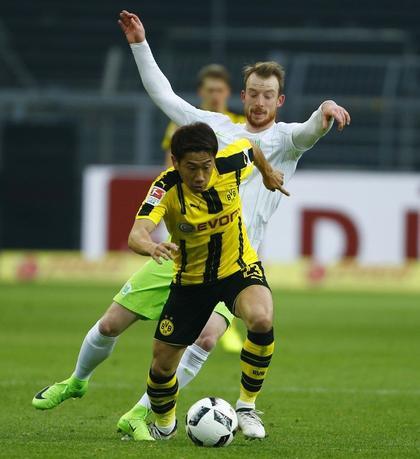 2月18日、サッカーのドイツ1部ブンデスリーガ、香川真司(手前)が所属するドルトムントはウォルフスブルクを3─0で下した(2017年 ロイター/Thilo Schmuelgen)