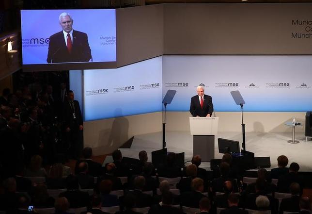 2月18日、ペンス米副大統領は、ミュンヘンで開かれた安全保障会議で演説し、トランプ大統領はNATOを完全に支持していると強調した(2017年 ロイター/Michael Dalder)