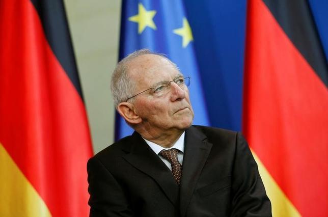 2月19日、ドイツのショイブレ財務相は、ギリシャが経済改革を実施できなければユーロ圏を離脱するとは発言していないと述べ、またギリシャが正しい道筋にあるとの見解を示した。ベルリンで10日撮影(2017年 ロイター/Hannibal Hanschke)