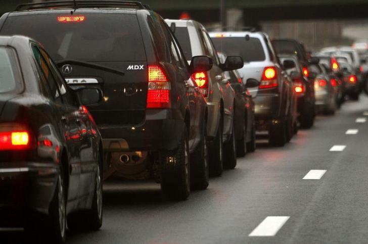 Automobiles wait in a traffic jam on a New York City highway November 20, 2007. REUTERS/Mike Segar/Files