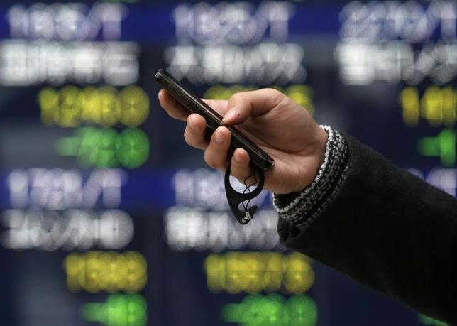 2月20日、東京株式市場で日経平均は3日ぶりに反発した。為替が1ドル112円台後半まで円高方向に振れたことで主力輸出株に売りが先行し、下げ幅は一時120円近くまで拡大した。写真は都内で2015年1月撮影(2017年 ロイター/Issei Kato)