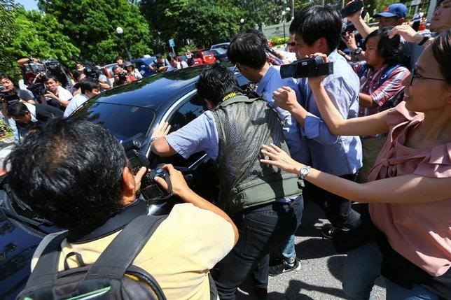 2月20日、クアラルンプールで起きた金正男氏殺害事件の捜査手法を北朝鮮側が非難したことを巡り、マレーシア外務省は、カン・チョル駐マレーシア北朝鮮大使に抗議するとともに、駐北朝鮮マレーシア大使を平壌から召還した。写真は北朝鮮の当局者を乗せた車を取り囲む報道陣。プトラジャヤで撮影(2017年 ロイター/Athit Perawongmetha)