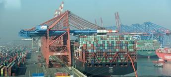 Vue sur le port d'Hambourg. L'économie allemande est en bonne santé et devrait encore s'améliorer en raison du dynamisme du secteur de la construction, de la pleine exploitation des capacités de nombreuses usines et de la hausse de l'investissement. /Photo prise le 15 février 2017/REUTERS/Fabian Bimmer