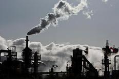 НПЗ в Вилмингтоне, Калифорния. Цены на нефть выросли на торгах в понедельник, но дальнейший рост сдержало увеличение добычи в США. REUTERS/Bret Hartman/File Photo