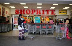 Le groupe sud-africain d'ameublement Steinhoff et son compatriote Shoprite, spécialisé dans la distribution alimentaire, ont mis un terme à leurs discussions en vue d'une fusion à la suite de l'opposition de certains de leurs actionnaires. /Photo d'archives/REUTERS/Siphiwe Sibeko