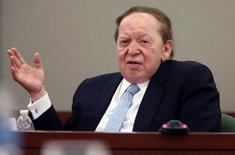 Las Vegas Sands Corp Chairman and Chief Executive Sheldon Adelson testifies on the witness stand at the Regional Justice Center in Las Vegas, Nevada, U.S. on April 4, 2013.   REUTERS/Jeff Scheid/Pool/File Photo