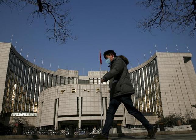 2月21日、中国人民銀行(中央銀行)は21日、的を絞った銀行預金準備率の制度を27日から「大幅に変更」すると発表した。写真は同行。北京で昨年1月撮影(2017年 ロイター/Kim Kyung-Hoon)
