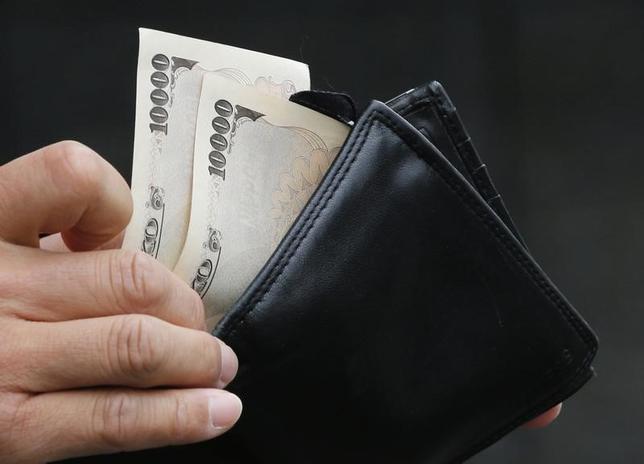 2月21日、「支払いは現金で、でも財布はカードでパンパン」──。こんな日本人の姿が日銀が同日に公表したリポート「BIS決済統計からみた日本のリテール・大口資金決済システムの特徴」から浮かび上がる。写真は都内で2012年11月撮影(2017年 ロイター/Kim Kyung Hoon)