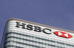 Логотип HSBC на здании банка в Лондоне 3 марта 2016 года. Европейские фондовые рынки демонстрируют отрицательную динамику в начале торгов вторника, при этом снижение регионального банковского индекса возглавили акции HSBC, поскольку компания отчиталась о 62-процентом падении годовой доналоговой прибыли.  REUTERS/Reinhard Krause/File Photo