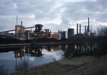 Завод сталелитейной компании Salzgitter AG  в Зальциттере, Германия. Рост немецкого частного сектора ускорился в феврале, достигнув максимального показателя почти за три года, за счёт фабричной активности, показал опрос во вторник, позволяя говорить о хорошем первом квартале для крупнейшей в Европе экономики.   REUTERS/Christian Charisius (GERMANY BUSINESS)