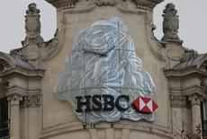 En la imagen, el logo de HSBC en París, Francia, el 6 de febrero de 2017. Las bolsas europeas caían en las primeras operaciones del martes, en una jornada en la que las acciones de HSBC lastraban al índice bancario europeo tras reportar un desplome de un 62 por ciento en su ganancia anual antes de impuestos.REUTERS/Jacky Naegelen