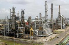 Una vista general de la refinería de petróleo de Cartagena 24 de agosto de 2006.Las reservas probadas netas de la petrolera colombiana Ecopetrol cayeron un 14 por ciento al cierre del 2016, a 1.598 millones de barriles de petróleo equivalentes (bpe), con respecto al año previo, afectadas por la reducción de los precios, informó el martes la compañía. REUTERS/Fredy Builes (COLOMBIA) - RTR1GOO5