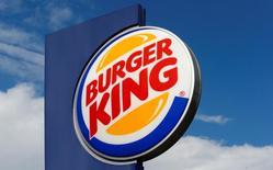 Restaurant Brands International, le propriétaire des chaînes de restauration rapide Burger King et Tim Hortons, a annoncé mardi le rachat de Popeyes Louisiana Kitchen pour 1,8 milliard de dollars (1,71 milliard d'euros) en numéraire. /Photo d'archives/REUTERS/Arnd Wiegmann