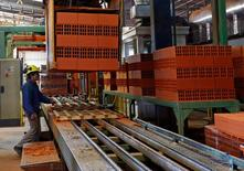 Un trabajador junto a la máquina que fabrica ladrillos en la planta de Cerámica Fanelli en La Plata, Argentina, jun 13, 2016. La producción industrial de Argentina habría descendido un 0,7 por ciento en enero, la que sería la menor caída desde marzo de 2016, según un sondeo de Reuters publicado el martes.  REUTERS/Enrique Marcarian