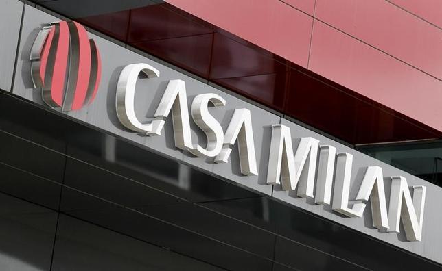 2月21日、サッカーのイタリア1部、セリエAのACミランは中国の投資家にクラブを売却することで基本合意しているが、クラブ関係者2人が、3月3日に契約締結の見通しだとを明らかにした。2015年4月撮影(2017年 ロイター/Alessandro Garofalo)