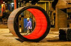 En la imagen de archivo, un trabajador en la fundición en el centro Areva Creusot Forge en Le Creusot, Francia, 11 de enero de 2017. La inflación de la zona euro se aceleró a una tasa anual del 1,8 por ciento en enero, dijo el miércoles la agencia de estadísticas de la Unión Europea, confirmando sus estimaciones anteriores.  REUTERS/Robert Pratta/File Photo