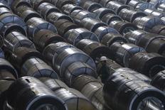 Рулоны стали на складе Новолипецкого металлургического комбината. Липецк, 3 августа 2015 года. Спрос на сталь в России в 2017 году может вырасти впервые за последние 4 года из-за восстановления экономики, но в условиях хронического перепроизводства в отрасли игрокам придётся продолжить ожесточённые ценовые войны. REUTERS/Maxim Shemetov