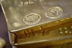 Слитки золота.  Золото стабилизировалось в среду, однако инвесторы тревожатся в ожидании новых сигналов о том, повысит ли Федрезерв ставки в марте, и о налоговых планах президента США Дональда Трампа. REUTERS/Mariya Gordeyeva