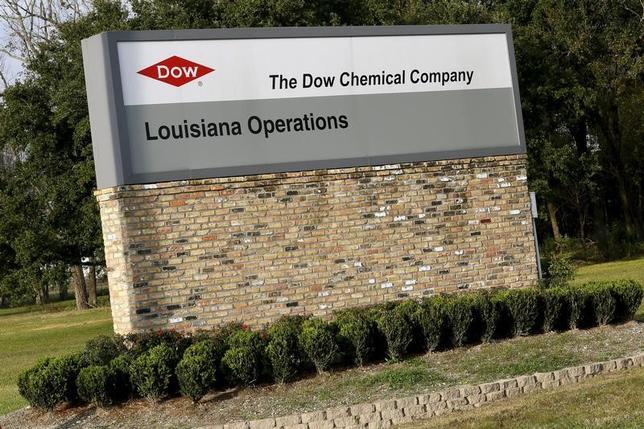 2月22日、米化学大手ダウ・ケミカルと同業デュポンの合併計画について、欧州委員会が近く承認する見通しとなった。ダウ・ケミカルのルイジアナ工場、2015年撮影(2017年 ロイター/Jonathan Bachman)